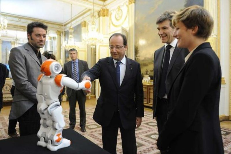 Hollande-and-robot-holiday-in-France.jpg